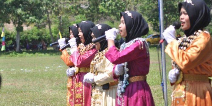 Aksi Teatrikal Santriwati Kenakan Baju Adat Meriahkan Hari Santri Di Pahuwato